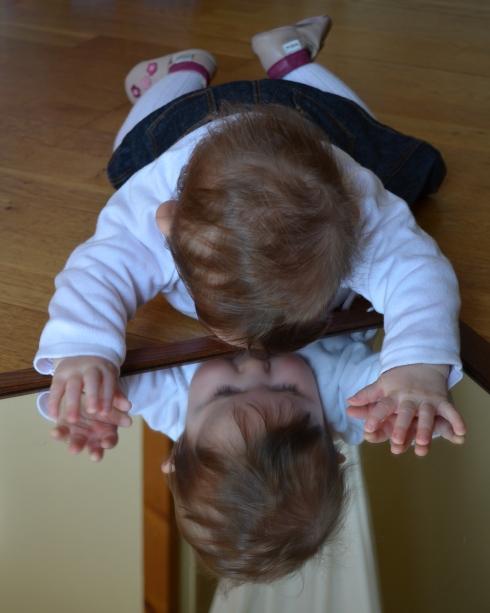 enfant qui joue face au miroir (7)